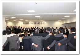 最後に卒業生、現役部員が互いに肩を組んで熱唱した酪農讃歌「黒土」