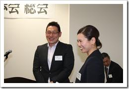 卒業生記念講演を行う高橋洋平さんと佐和子さんご夫妻
