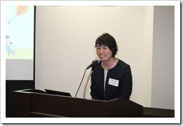 卒業生記念講演を行う加藤智賀子さん